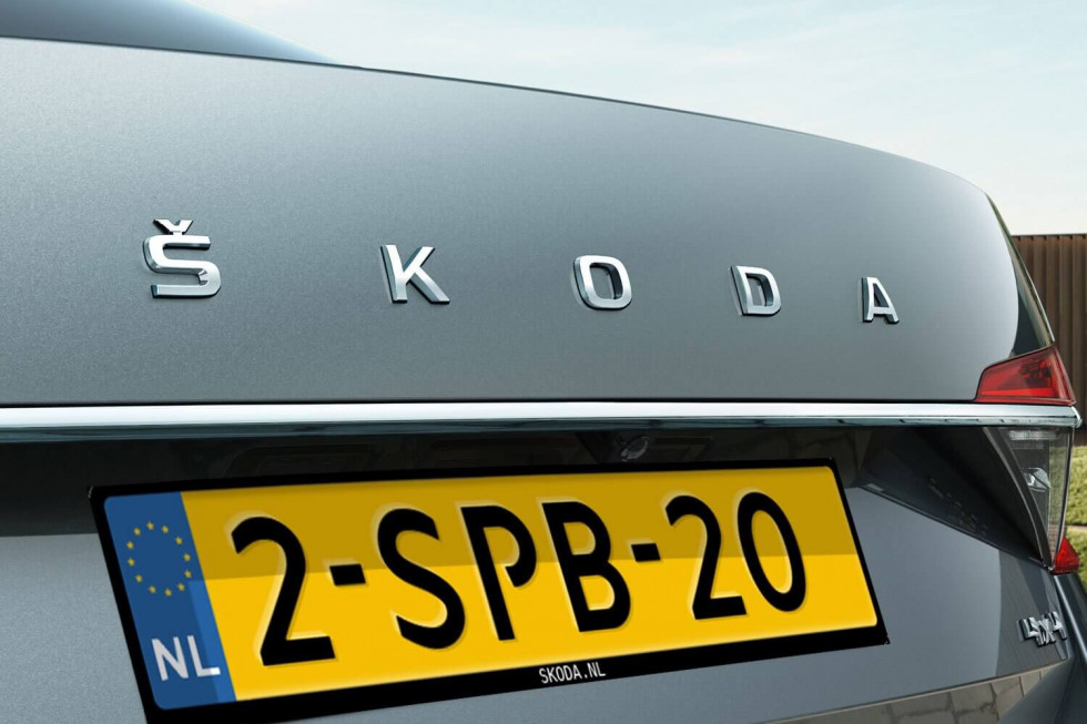 2109-SKODA-superb-hatchback-02.jpg